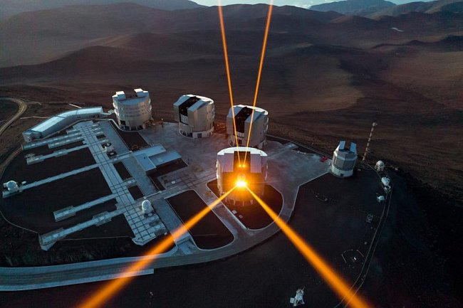 Čtyři lasery protínají oblohu nad pouští Atacama v Chile, která je domovem Velmi velkého dalekohledu Evropské jižní observatoře. Lasery pomáhají měřit atmosférické turbulence, což umožňuje zároveň zachytit snímky stejně ostré jako ty pořízené z vesmíru.