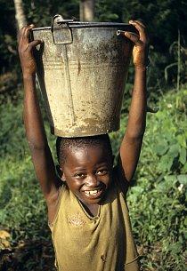 V Libérii, podobně jako na jiných místech Afriky, nosí vodu i děti.