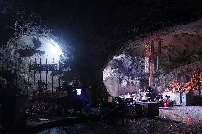 Jeskyně nabízí stálé klima, je do nich zaveden elektrický proud, tak proč si tam nezřídit alespoň sezonní bydlení.