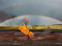 Odplápolaný hořící zemní plyn je novým úkazem v dakotské prérii, kde frakování – metoda dobývání obtížně dosažitelné ropy – a usměrněné vrtání zažehlo plamen rychlého růstu.