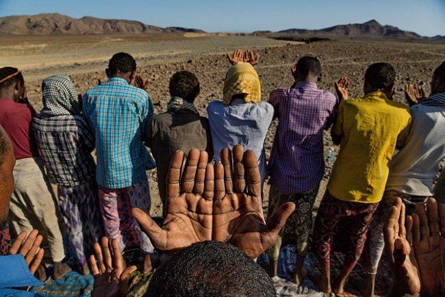 Vesničané vAfarské poušti se modlí odéšť. Extrémní sucho trvající tisíce let možná zadržovalo rané lidi vAfrice, protože jeho vinou bylo riskantní cestovat. Změna podnebí, která přinesla vlhká obdo