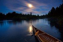 ánoe z březové kůry se koupe ve svitu měsíce u břehu řeky Allagash v Maine (Allagash Wilderness Waterway). FOTO: Michael Melford pro National Geographic