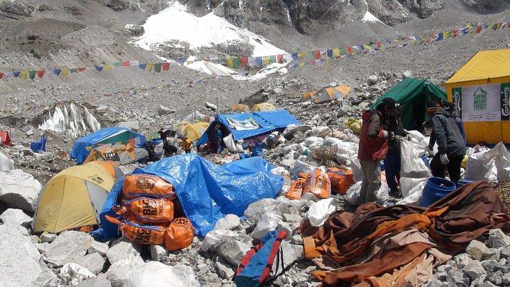 Tuny odpadků už narušují ekosystém hory.