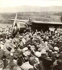 První samostatný přelet nad Atlantikem: Ráno 20. května 1932 vzlétla a o 15 hodin úspěšně přistála na okraji malé vesnice Culmore v Severním Irsku.