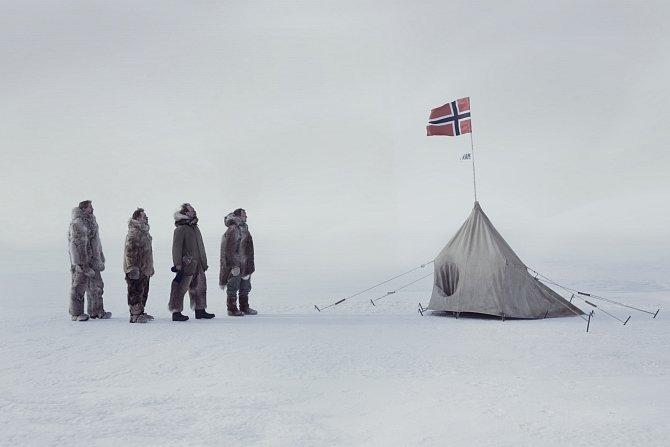 Příběh vypráví nejen o odvaze k celoživotnímu bádání a dosažení jižního pólu 14. prosince 1911, ale také o Amundsenově osobnosti.