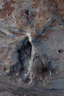 Při odlivu v ústí řeky Severn ve velšském Goldcliffu se ukázaly stopy lovce, který tudy kráčel před 7 500 lety. Hroty šípů vyrobené z kostí a parohů (vpravo), které byly vytaženy ze Severního moře při