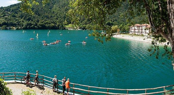 Jezero Ledro. Opoznání menší a klidnější než Garda.