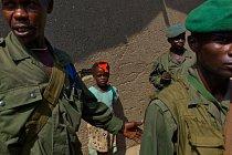 Vládní vojáci hlídkují ulice osady nedaleko národního parku Virunga u Eduardova jezera. Jejich úkolem je chránit civilisty před útoky milicí. FOTO: Pascal Maitre