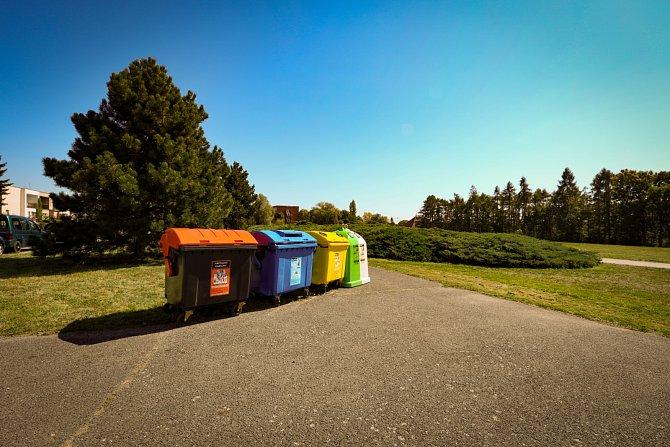 Barvy třídicích kontejnerů zná snad každý. Do modrého patří papír, zelený je na sklo, žlutý na plasty a do toho s oranžovou nálepkou patří nápojové kartony.
