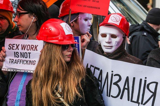 Poprvé v postsovětské republice vyšli lidé do ulic, aby demonstrovali proti sankcím za poskytování sexuálních služeb. Prostituce byla na Ukrajině až do roku 2005 trestným činem. Teď za ni hrozí pokuta a účastníci protestu touží po její legalizaci.