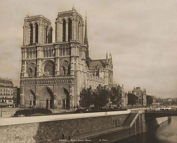Katedrála Notre Dame (snímek je ze dvacátých let minulého století), postavená u Seiny, je již po staletí symbolem Paříže. V polovině dubna ji zachvátil požár, který způsobil nenapravitelné škody.