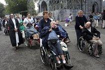 Po ránu je v Lurdech klid, ale velké náměstí před kostelem se začne brzy naplňovat zvědavými turisty a pacienty na vozíčcích.