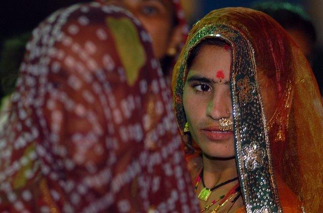 """Ve vesnici Vadia, """"vesnici prostitutek"""", se hromadnou svatbou snaží tyto dívky zachránit před nucenou prostitucí."""