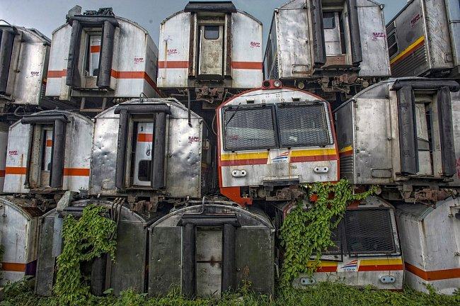 Na nádraží ve městě Purwakarta v Indonésii jsou na sobě naskládané desítky vlaků, které od roku 1980 dopravily do práce tisíce lidí.