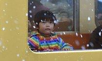 Děti jsou ze sněhu nadšené.