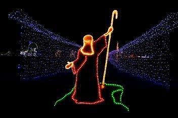 Mojžíš, který rozděluje Rudé moře, byl v roce 2016 součástí vánoční výzdoby Santova ranče v texaském New Braunfelsu. Tato atrakce, kterou je možno projíždět autem, se chlubí 1,5 milionem světel a láká návštěvníky na texaské a biblické obrazy.