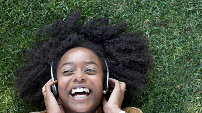 Jazyk a hudba mají společný původ. Náš mozek vnímá hudbu a emoce v řeči podobně