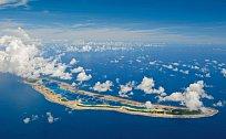 JIŽNÍ LINIOVÉ OSTROVY  Podmořský ráj vodlehlém Tichém oceánu, jehož částí je moře okolo zde zobrazeného ostrova Caroline, bude chráněný – částečně díky projektu společnosti National Geographic Prist