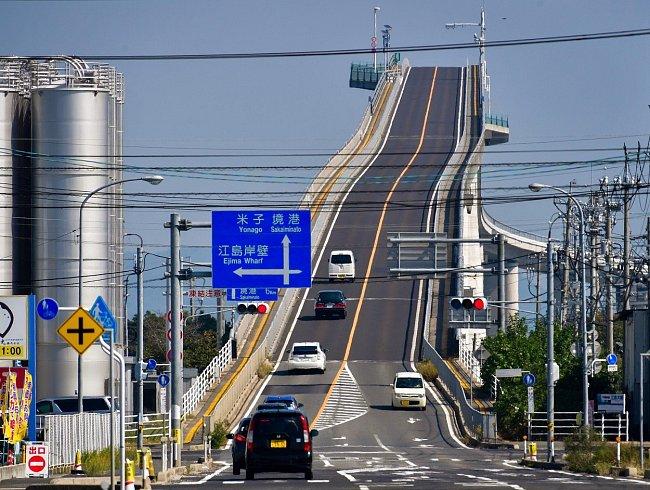 Eshima Ohashi, Japonsko: Jeden z nejdelších mostů v zemi spojuje města Sakaiminato a Macue přes jezero Nakaumi. Řidiče čeká při nájezdu stoupání 6,1 % na jedné a 5,1 % na druhé straně.