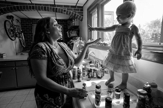 """Julien Inzoddaová dělá ve své kuchyni v Pittsburghu dvacetiměsíční dcerušce Allie malou přednášku okoření. Pro batole je to příležitost naučit se něco obarvě, struktuře achuti. Allie našla největší zalíbení vpepřové omáčce, která podle ní """"pálí, pálí"""""""