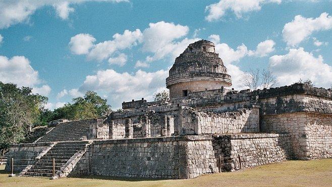 Chichén Itzá. Uvidíte tam opeřeného hada i hřiště, kde se odehrávaly kruté hry