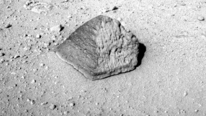 Sonda Curiosity našla na Marsu pyramidu. Co to znamená?