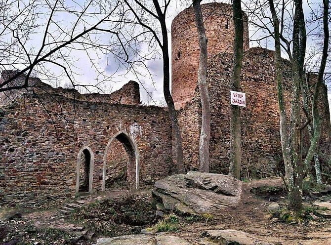 Brdy skrývají izříceninu hradu Valdek.