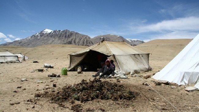 Pastviny, kozy, ženy tkají koberce a muži hlídají stáda. To je tradiční nomádský život