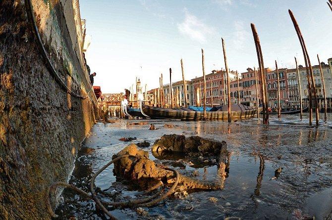 Nízká hladina vody odhalila nánosy bahna a odpadků.