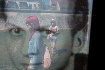 Součástí památníku naulici Bernauer Strasse je itvář pětadvacetiletého Dietera Weckeisera (vpravo dole), který byl zabit vroce 1968 při pokusu přeplavat Sprévu adostat se doZápadního Berlína.