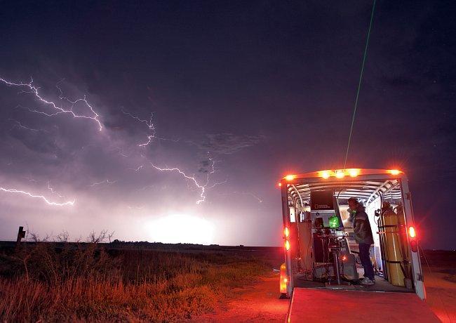 Zatímco čeká, až se vlna bouřek zformuje podél coloradského Front Range, připravuje Samaras 725kilogramovou kameru, které říká Kahuna. Duha (vlevo) oznamuje konec dalšího lovu.