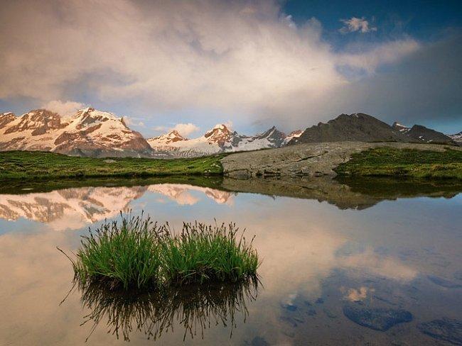 Poklidné jezírko vysoko vGrajských Alpách zrcadlí sněhem pokryté vrcholky parku Gran Paradiso – nejstarší italské chráněné oblasti, která je mnohem proslulejší kulturou než ochranou přírody.
