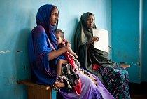 Matky s dětmi čekají na vyšetření, při kterém bude asistovat i lékař ze zahraničí prostřednictvím videokonference. Guri El, Somálsko, říjen 2011.
