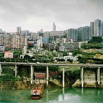 Nové budovy se tyčí nad řekou Wu.