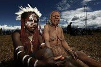 Dvě Papuánky pózují fotografovi během slavností v Beliem Valley.