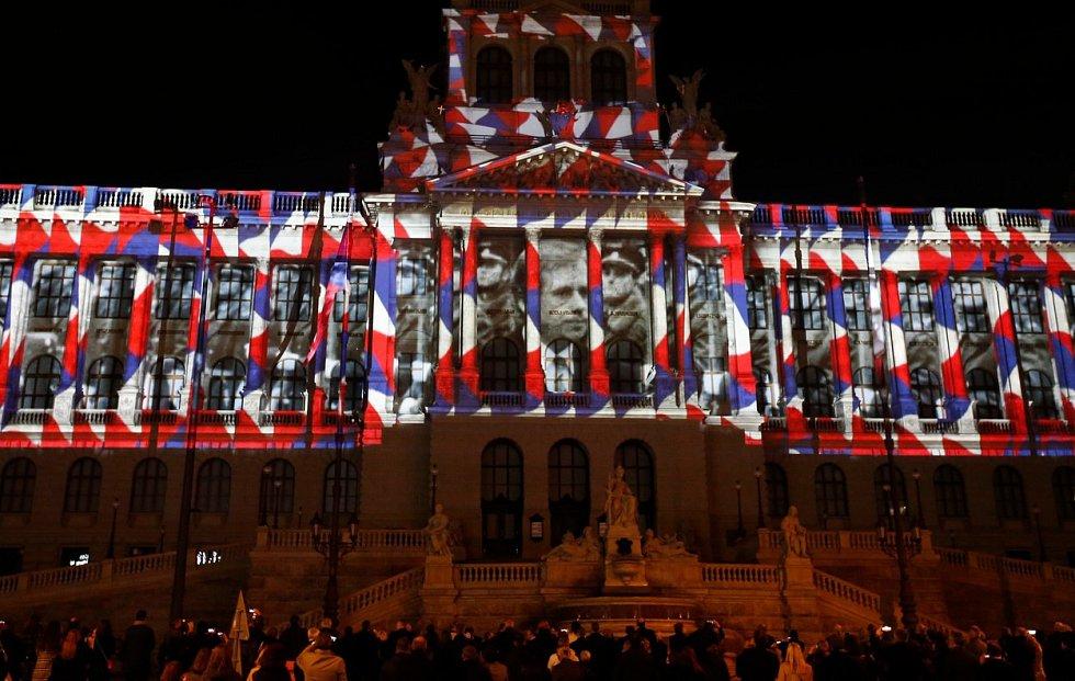 Památný okamžik první prezidentské inaugurace Václava Havla na Pražském hradě v prosinci 1989 nechyběl ve videomappingu na budově Národního muzea v rámci oslav třicátého výročí sametové revoluce.