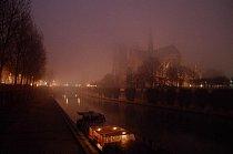 Na nočním pohledu z protilehlého nábřeží, pořízeném v osmdesátých letech minulého století, se katedrála ztrácí v mlze.