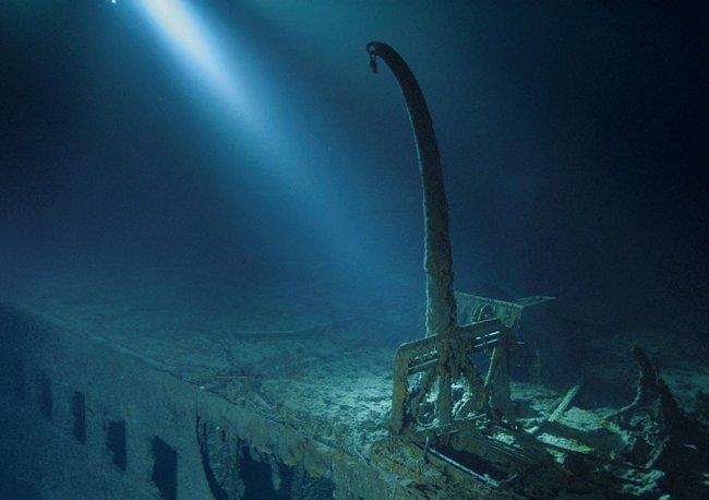 Stanoviště záchranných člunů (osamocený nakládací jeřáb). Tento jeřáb spouštěl na moře skládací člun C, do kterého nastoupil J. Bruce Ismay – ředitel společnosti, která vlastnila Titanic – a odplul do