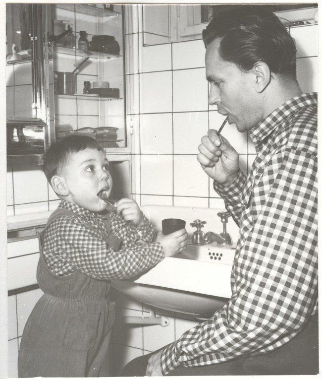 Táta a syn – oba Miroslavové, mladšímu začala babička říkat Sávo. Rok 1958.