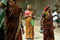 'Devadasi' (otrokyně Boha) jsou jednou z nejkontroverznějších postav současné Indie. Tyto ženy musí sloužit jako prostitutky od raného dětství.