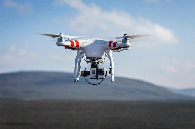 I malé drony představují pro letadla riziko.