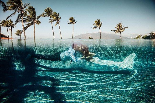 Havaj doslova vybízí ke svatební podvodní fotografii.
