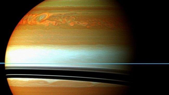 Bouře na Saturnu jsou osmkrát větší než celá Země