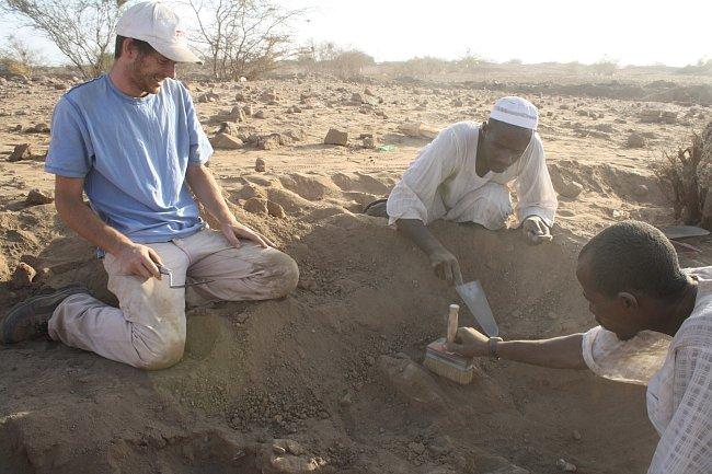 Objev fragmentů sousoší boha Amona a bohyně Mut.