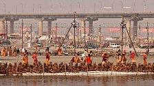 Každých 12 let se Hinduisté z celého světa soustředí k Sangamu v indickém Allahabádu, kde se stékají řeky Ganga, Yamuna a mýtická Saraswati.