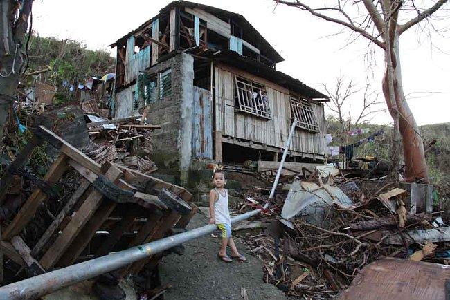 Některé domy jako zázrakem zůstaly stát.