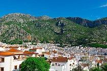 Nevinnou bílou si zamilovalo hned několik městeček Andalusie. Dokonce vznikla turistická trasa Cesta bílých měst. Největším z nich je Ubrique, které leží na úpatí pohoří Siera de Ubrique.