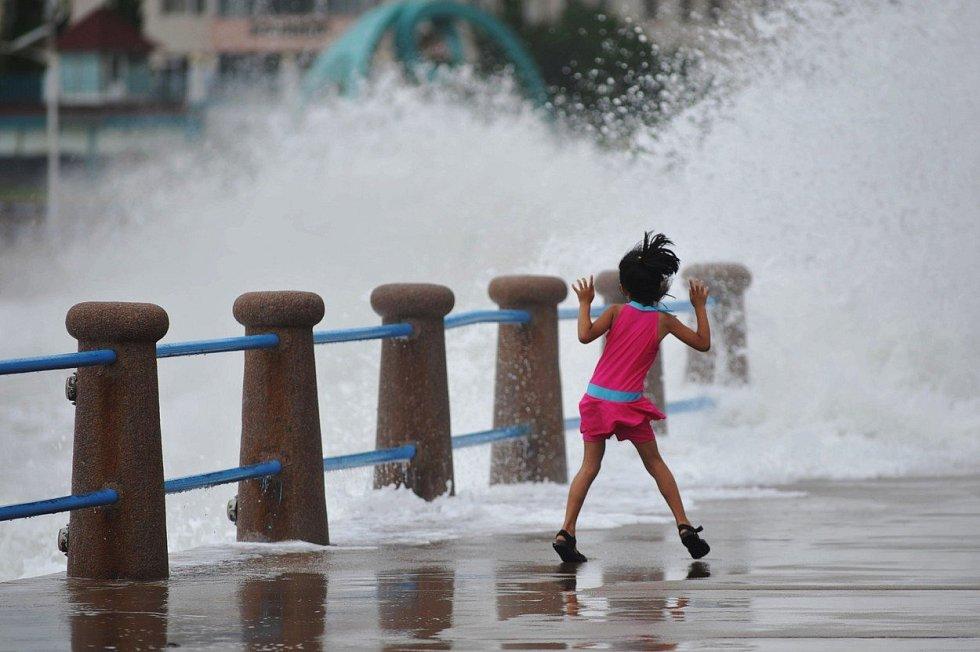 Více než desetimetrové vlny způsobil tajfun Lekima, který zasáhl východní pobřeží Číny. Evakuováno bylo více než milion lidí a škody se odhadují v přepočtu na 54 miliard korun. Země letos čelila již devátému tajfunu.