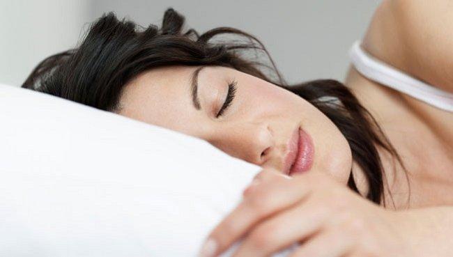 Ženy spí více než muži. Musí, je to daň