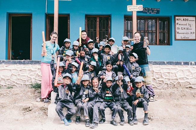 Studenti základní školy Spring Dales Public School ve vesničce Mulbekh v Malém Tibetu. Každé léto do školy nezisková organizace Brontosauři v Himalájích vozí skupinu českých dobrovolníků, kteří učí děti formou hry.